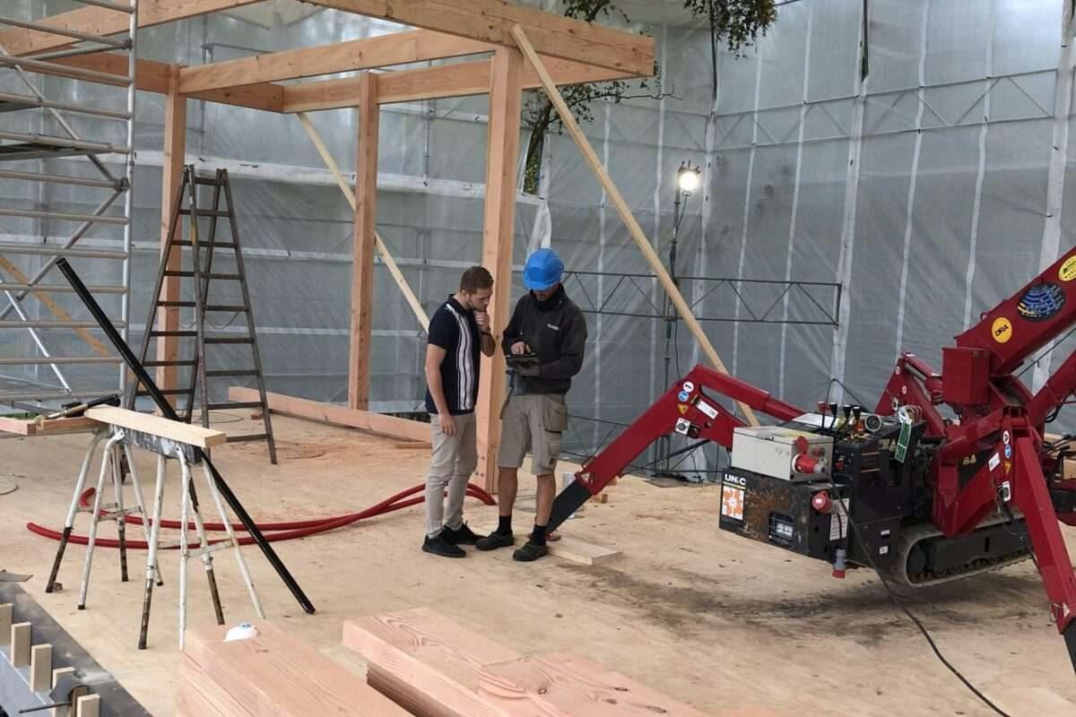 Bygningskonstruktørpraktikanten Kenneth og tømrersvenden Søren udarbejder kvalitetssikring af projektet
